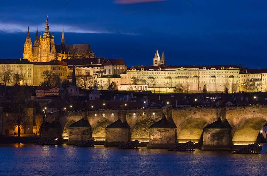 Prag bei Nacht.Die Prager Burg - Residenz des Präsidenten der Tschechischen Republik.